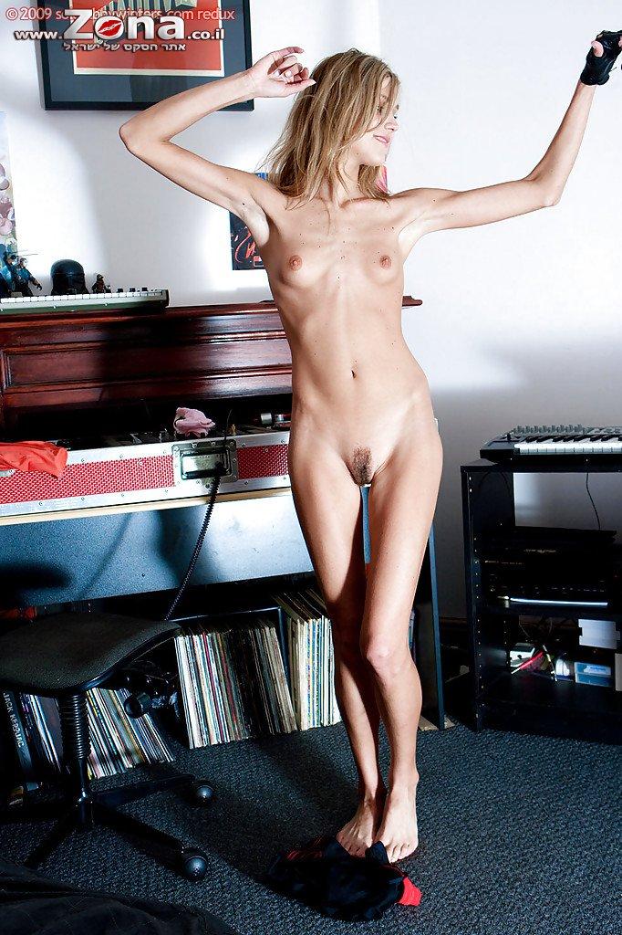 Развратная худышка шалит в студии